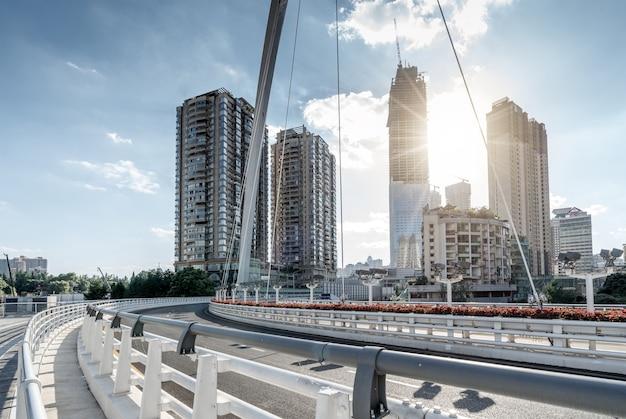 Ponte e edifícios altos modernos, paisagem da cidade de guiyang