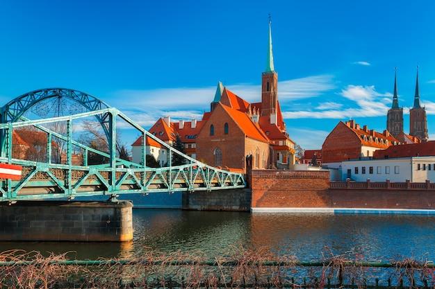 Ponte e ilha de tumski com a catedral de são joão e a igreja da santa cruz e são bartolomeu pela manhã em wroclaw