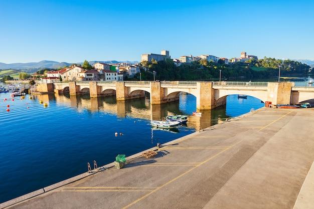 Ponte em san vicente de la barquera, pequena cidade medieval na cantábria, no norte da espanha