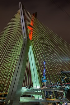 Ponte estaiada em são paulo - brasil - à noite