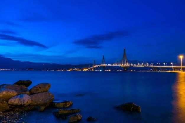 Ponte estaiada grega sobre o golfo de corinto. rion-antirion. céu noturno na costa da montanha