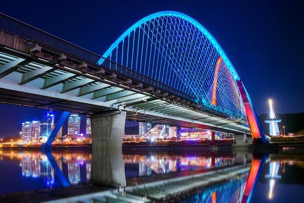 Ponte expro à noite em daejeon, coréia