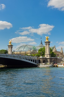 Ponte famosa de alexandre iii e grand palais sobre o rio sena em um dia de verão, frança