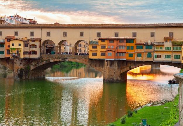 Ponte famosa ponte vecchio ao pôr do sol, florença, itália