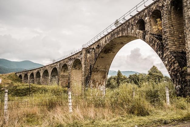 Ponte ferroviária antiga nas montanhas dos cárpatos