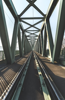 Ponte ferroviária baleado à direita dos trilhos