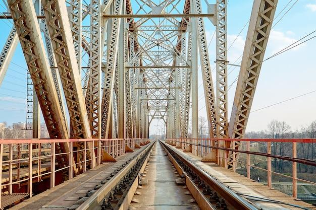 Ponte ferroviária confiável. olhando pela ponte