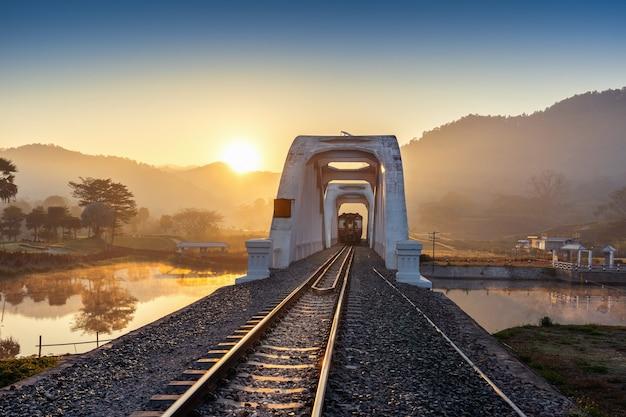 Ponte ferroviária de thachomphu ou ponte branca em lamphun, tailândia.