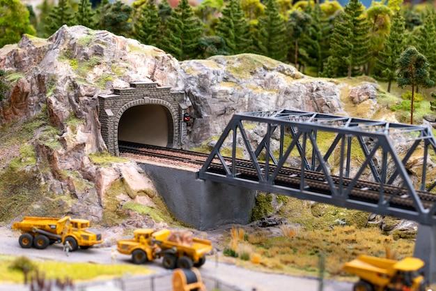 Ponte ferroviária na natureza em miniatura