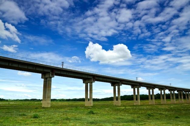 Ponte ferroviária sobre a barragem, trilhos para o reservatório, pa sak jolasid dam, lopburi, tailândia