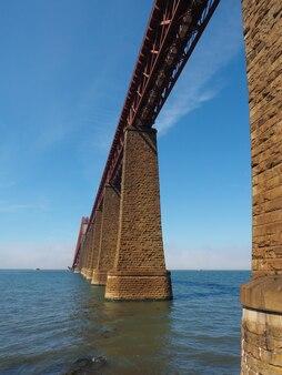 Ponte forth sobre firth of forth em edimburgo