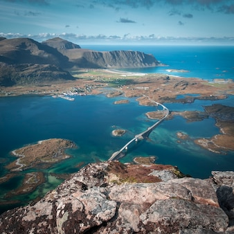 Ponte fredvang e as montanhas circundantes e o mar nas ilhas lofoten, noruega no outono, vista superior do topo de voladstinden