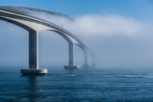 Ponte gimsoystraumen no nevoeiro pesado, lofoten, noruega