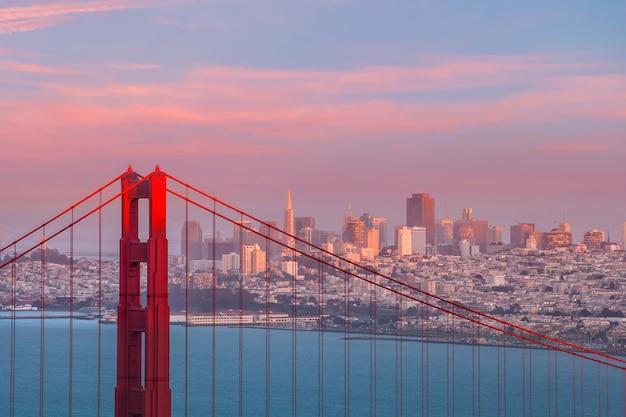 Ponte golden gate em são francisco, califórnia, eua, ao entardecer