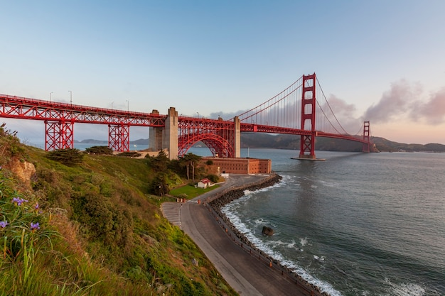 Ponte golden gate iluminada ao nascer do sol são francisco, eua