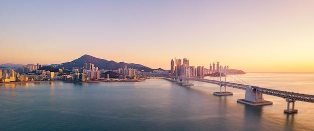 Ponte gwangan e haeundae vista aérea ao nascer do sol, busan, coreia do sul