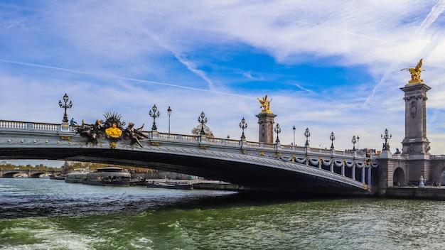 Ponte histórica pont alexandre iii sobre o rio sena em paris, frança