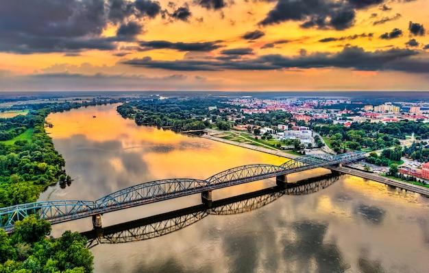 Ponte jozef pilsudski sobre o rio vístula ao pôr do sol em torun, polônia