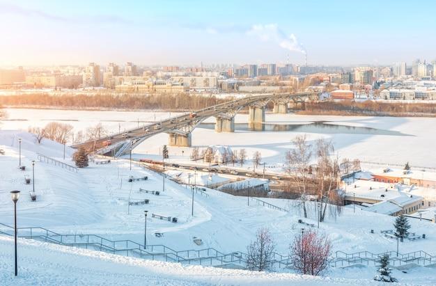 Ponte kanavinsky sobre o rio oka em nizhny novgorod no inverno