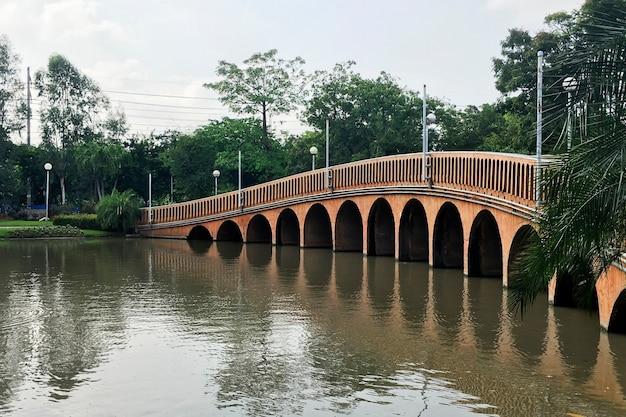 Ponte lago natureza beleza reflexão