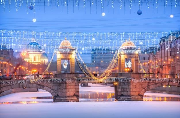 Ponte lomonosov sobre o rio fontanka e a catedral izmailovsky em são petersburgo