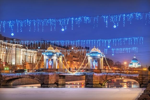Ponte lomonosov sobre o rio fontanka em são petersburgo e decorações de ano novo