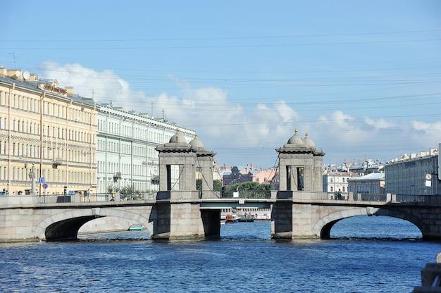 Ponte lomonosov sobre o rio fontanka em são petersburgo, rússia
