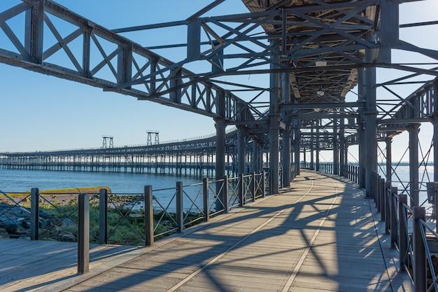 Ponte marítima de madeira e ferro