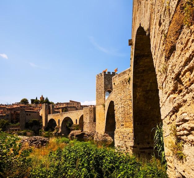 Ponte medieval com portão e cidade velha