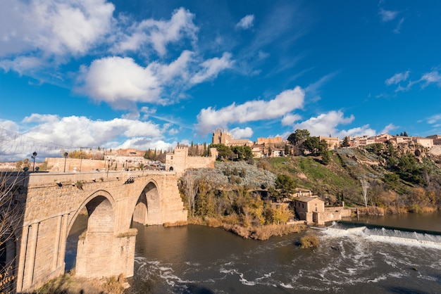 Ponte medieval de san martin de toledo, e arquitectura da cidade, toledo, castilla la mancha, espanha.