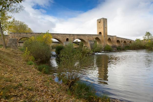 Ponte medieval sobre o rio ebro, na cidade de frias