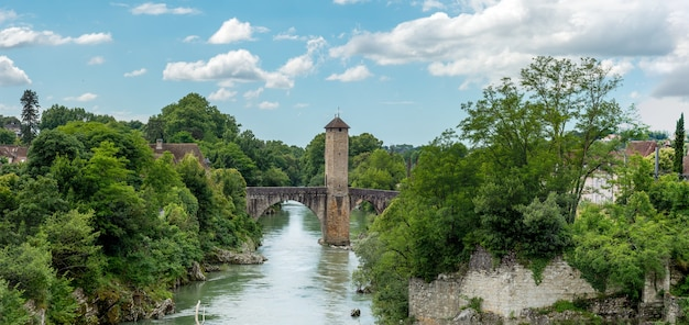 Ponte medieval sobre o rio gave de pau em orthez, frança