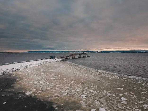 Ponte metálica no inverno