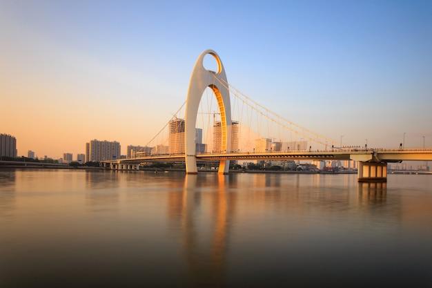 Ponte moderna no rio zhujiang e moderno edifício do distrito financeiro na cidade de guangzhou