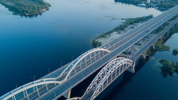 Ponte moderna sobre um longo rio