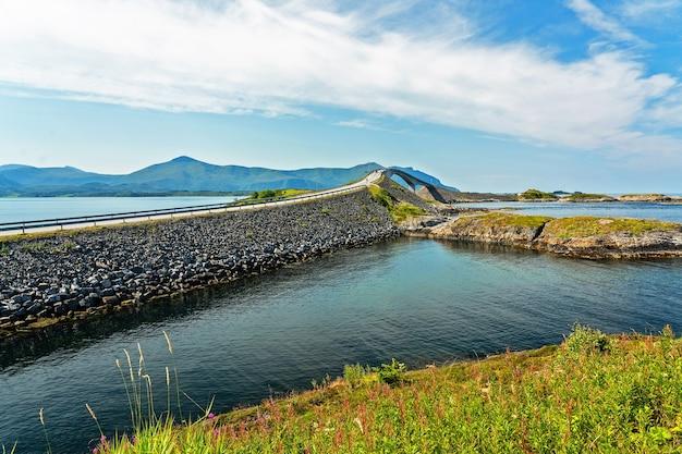 Ponte na estrada do oceano atlântico, paisagem do fiorde de montanha, noruega.