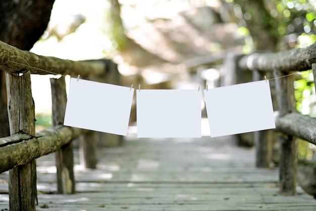 Ponte na natureza com corda colocada e folhas em branco