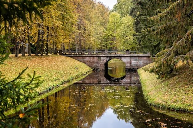 Ponte no parque do palácio real oranienbaum