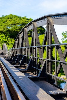 Ponte no rio kwai, província de kanchanaburi, tailândia.