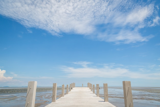 Ponte para o mar com fundo de céu azul