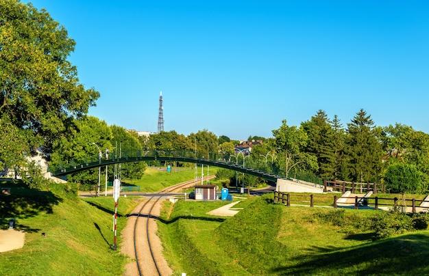 Ponte pedonal acima de uma linha férrea em zamosc, polônia