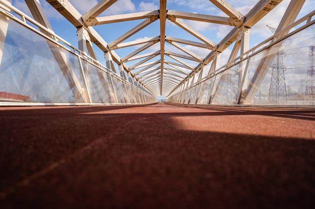 Ponte pedonal com formas geométricas modernas em estilo futurista.