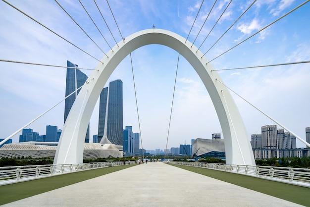 Ponte pedonal eye of nanjing e horizonte urbano em nanjing, china