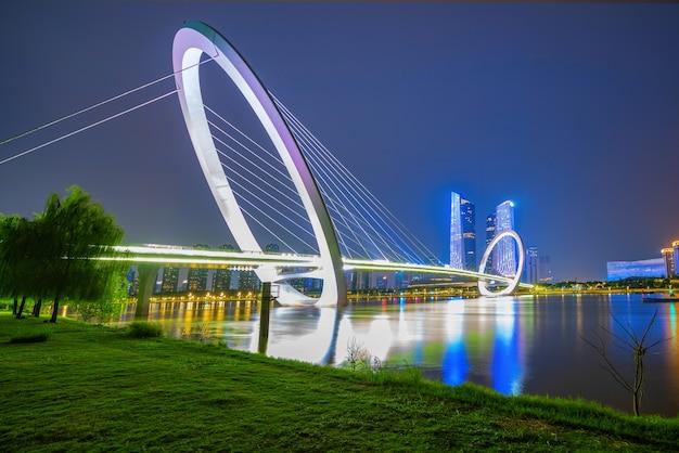 Ponte pedonal eye of nanjing e horizonte urbano no distrito de jianye, nanjing, china