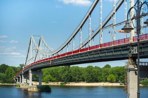 Ponte pedonal na cidade de kiev. ucrânia