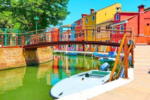 Ponte pequena e casas coloridas perto do canal em burano, veneza, itália