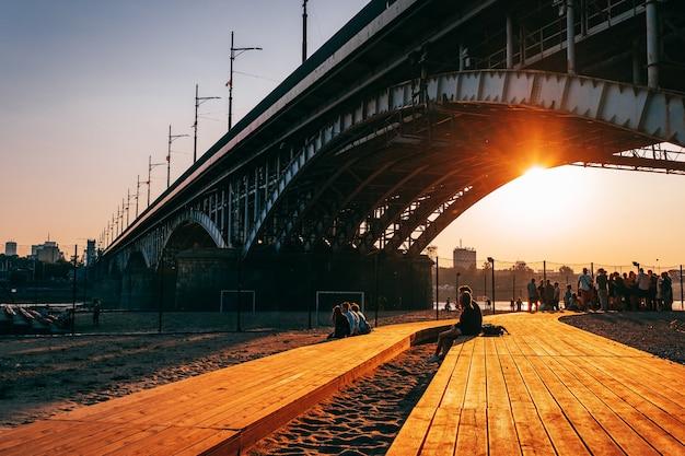 Ponte poniatowski sobre o rio vístula ao pôr do sol