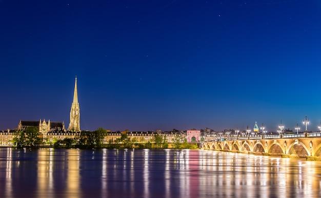 Ponte pont de pierre e basílica de saint michel em bordeaux - frança, gironde