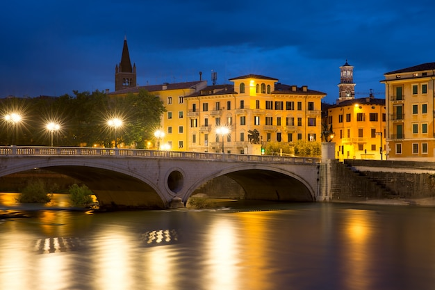 Ponte ponte risorgimento e o rio adige na iluminação noturna em verona, itália Foto Premium