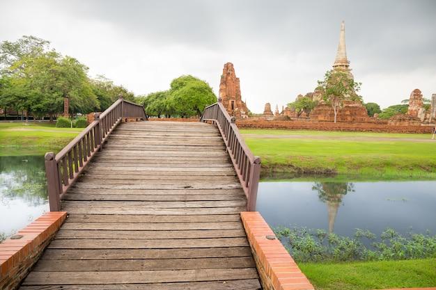Ponte rio, em, wat mahathat, templo, ayutthaya, com, histórico, parque, fundo, tailandia
